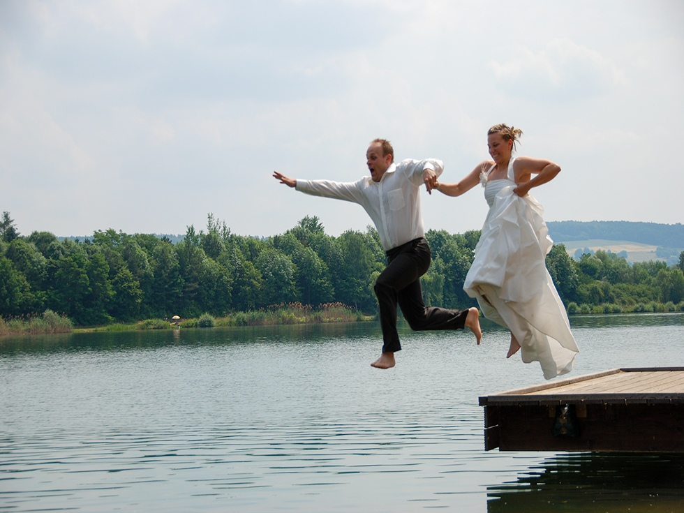 Bruidspaar springt in het meer