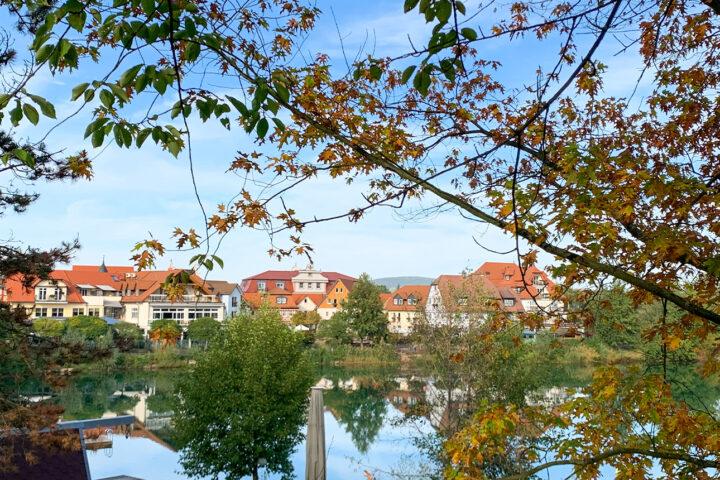 Herbstzeit im Dorf am See