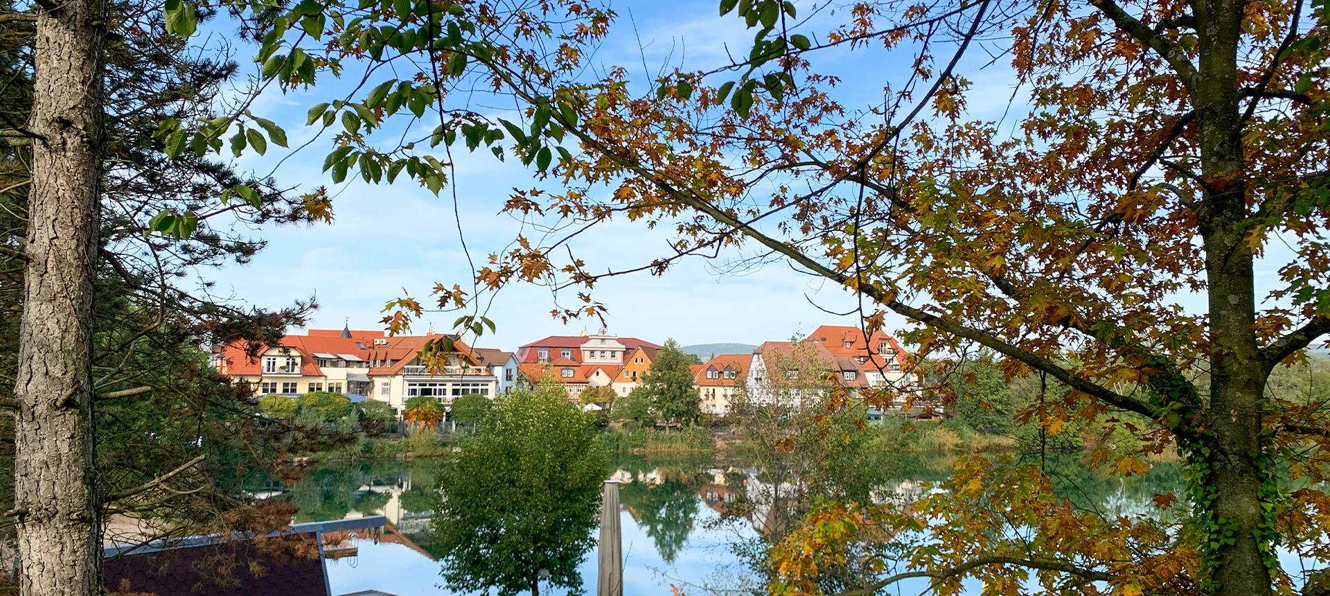 Herfsttijd in het dorp aan het meer
